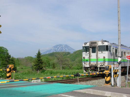 蘭越町。羊蹄山と電車