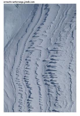 Für die, die die meine Startseite hergelockt hat: Das sind... naja, sowas wie gefrorene Schneeverwehungen. Hier ist das Foto richtig herum.