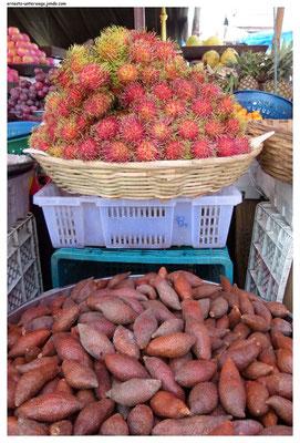 Die malerischen Kugeln oben heißen Rambutan. Die unteren schmecken wie eine Mischung aus Kohlrabi und Kartoffeln.