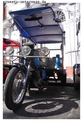 Die Vehikel gehören den Fahrern, die die Transportkabine meist selbst an das Moped angebaut haben. Sie zahlen relativ wenig für die Lizenz und Steuern, dürfen aber nur an bestimmten Stellen warten.