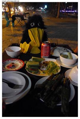 Man kann auch Essen ins Lokal mitbringen. Für einen kleinen Obolus kriegt man es sogar aufgewärmt.