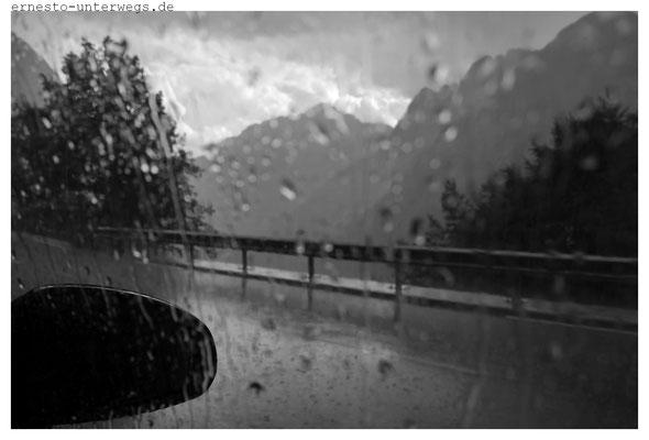 Dieses Gewitter zog so schnell auf wie ein Adler im Sturzflug, sodass mir nichts anderes übrig blieb, zwei im Auto sitzende Einheimische um Trockenasyl zu bitten.