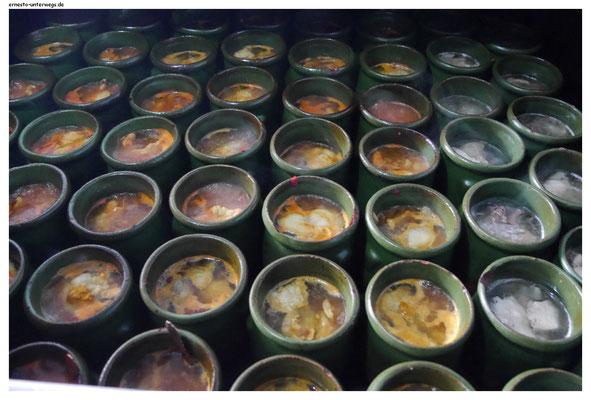 Dizi - dieser Eintopf wird portionsweise in diesen Tontiegeln gekocht und zwar den ganzen Tag. Serviert wird er brodelnd in dem Tontiegel.