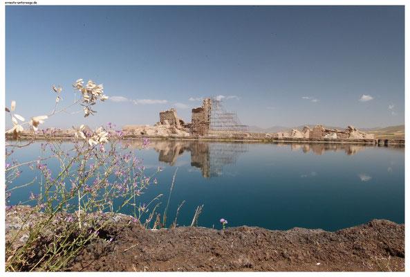 In Takht-e-Soleiman hat sich um einen Quellsee eine frühe Siedlung entwickelt.