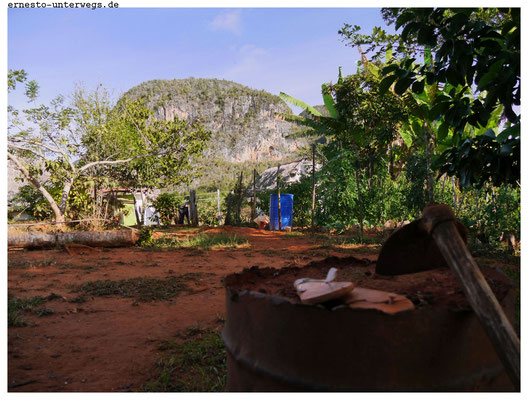 Blick vom Grundstück auf die Mongotes, die umliegenden knubbeligen Kalkberge.
