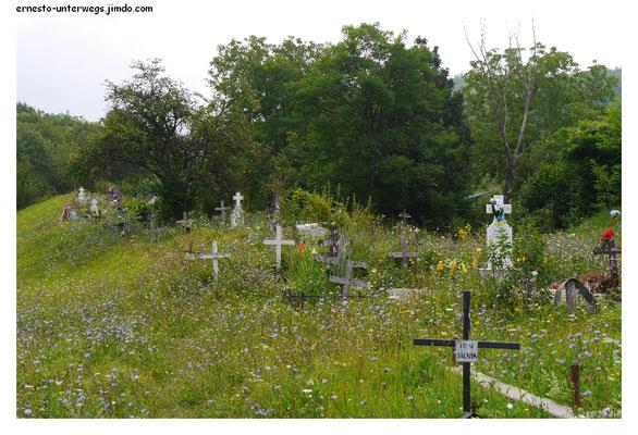 Einer der beiden Friedhöfe des Dorfes liegt etwas außerhalb.