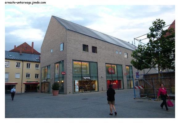 Moderne Kaufhausarchitektur, irgendwie ganz gut angepasst, wie ich finde.