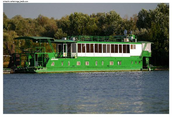 """Die """"Kingfisher"""", ein absolut empfehlenswertes Hotelschiff (Am Ende der Seite ist ein Link zum Buchen und so).  Sie ist ein typisches Hotelschiff, das gerade fest am Ufer vertäut ist. Es kann aber auch über die großen Kanäle des Deltas geschleppt werden."""