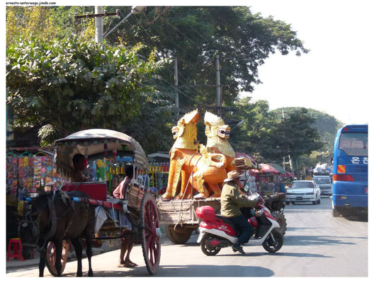Tempelfiguren auf dem Weg zu ihrer Bestimmung.