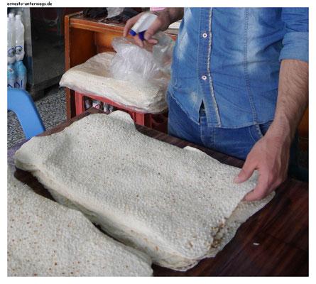 Naan-Brot – das hier wird mit Wasser besprüht, damit es nicht zu trocken wird.