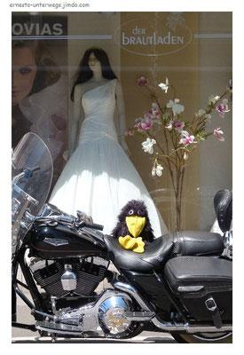 Weiße Brautkleider und heiße Raben auf Feuerstühlen...