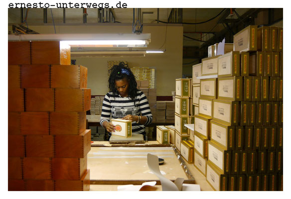 Die Kisten werden mit Etiketten beklebt, versiegelt und anschließend in die Zigarrenläden der Welt verschickt.