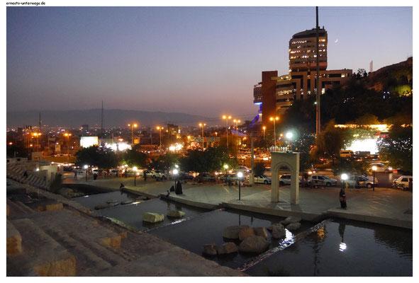 Wasserkühlung gibt´s auch mal an den großen Ausfallstraßen, hier in Shiraz am gleichnamigen Hotel.