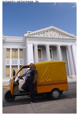 Diese gelb-schwarzen sind staatliche Taxis. Lizenz und Steuern kosten mehr als bei privaten Taxis, dafür dürfen sie auch an bevorzugten Stellen wie Touristenattraktionen warten.