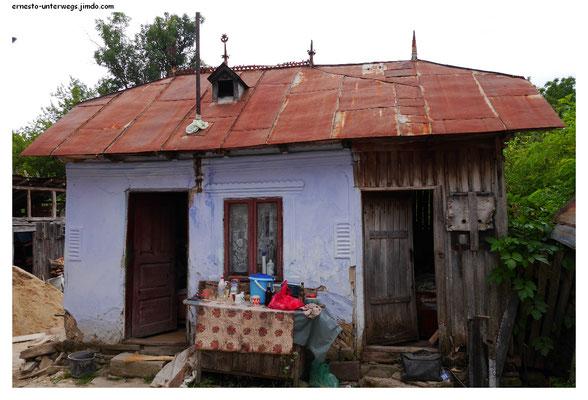 Dies hier ist trotz seiner Winzigkeit ein vollwertiges Wohnhaus. Die Besitzer bauten sich nebenan gerade ihren Altersruhesitz. Eigentlich lebten sie zu dieser Zeit in ihrem wiederum selbstgebauten Haus in Spanien. Typisch rumänisch.