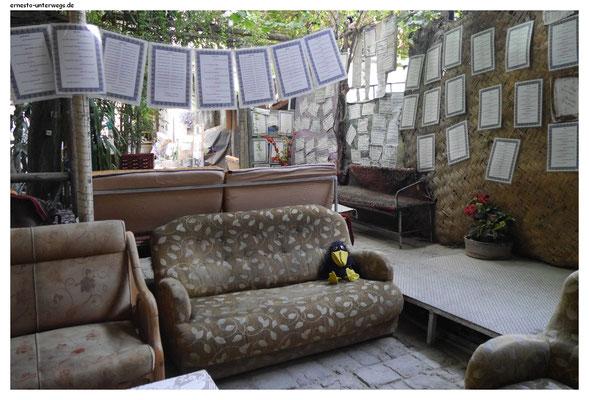 Das ist das Dichtercafé im Basar von Shiraz. Die Zettel, die da überall rumhängen, sind Gedichte.
