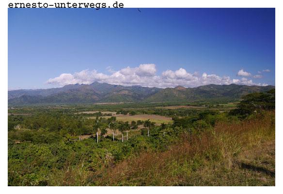 """Im östlichen Teil Kubas wurde schon immer viel Zuckerrohr angebaut. Dieses Tal hier bei Trinidad war über und über mit Zuckerrohr bepflanzt, deshalb heißt es auch Tal der """"Zuckermühlen""""."""