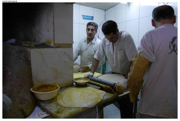 Diese Herren stellen Brotfladen her, ...