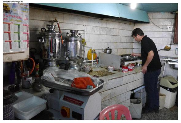 Dieser Mann bereitet ein Frühstück der besonderen Art zu und du bekommst es nur in kleinen touristenfreien Lokalen.