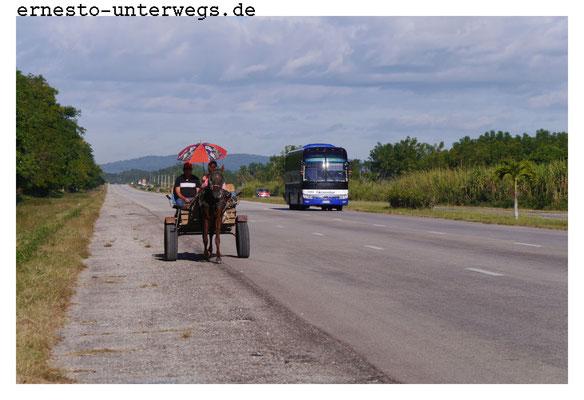 Hier seht ihr die gesamte Spannbreite von Fahrzeugen, die auf kubansischen Autobahnen verkehrt.