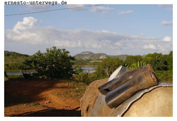 Nach getaner Arbeit. Übrigens tragen hier viele Bauern Gummistiefel trotz Trockenheit. Vielleicht zur Wassergewinnung?