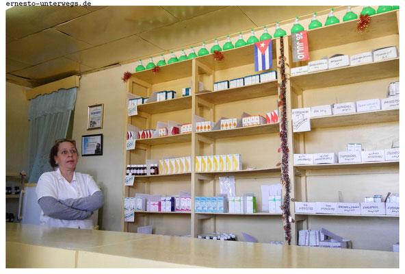 Eine kubanische Apotheke: Die Medikamente wurden in Kuba produziert. Gegen Vorlage eines Rezeptes und eine geringfügige Zuzahlung werden sie an Patienten abgegeben. Schwerkranke bekommen die Zuzahlung erlassen.