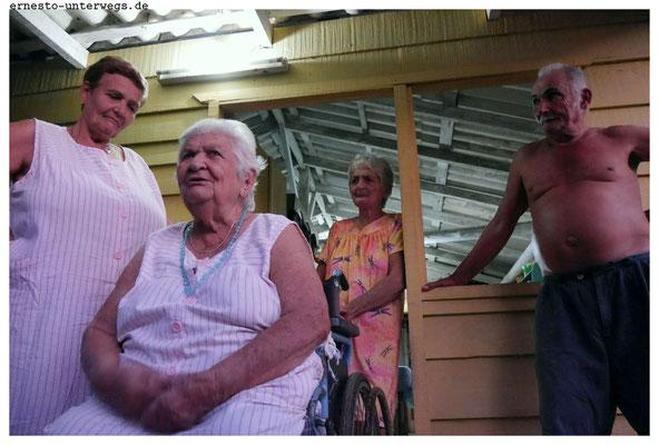 Diefast 100-jährige Juana (Mitte vorne) mit einem Teil ihrer Kinder. Insgesamt hat sie 9 Kinder, 4 Zwillingspaare und ein Einzelkind (Mitte hinten). Seit vielen Jahren sitzt sie im Rollstuhl, den die Bauernfamilie bis heute abbezahlt.