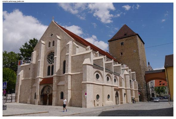 Romanische Kirche, frisch gesandstrahlt.