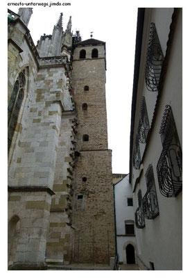Romanischer Turm wird vom gotischen Dom eingenommen.