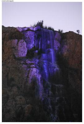Am Fuß dieses Wasserfalls liegt ein Freizeitpark.