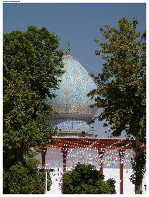 Schwer in der Bredouille war auch mein Begleiter im Shah-Charakh-Heiligtum in Shiraz. Es ist das drittheiligste Heiligtum der Schiiten im Iran.