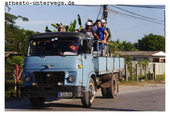 Viele Kubaner sind auf diese Arten von Transport angewiesen, weil sie kein eigenes Auto oder Moped haben. Eine Frau erzählte, dass sie extra umziehen musste, weil sie eine Arbeitsstelle 15km entfernt von ihrem Wohnhaus bekommen hatte.