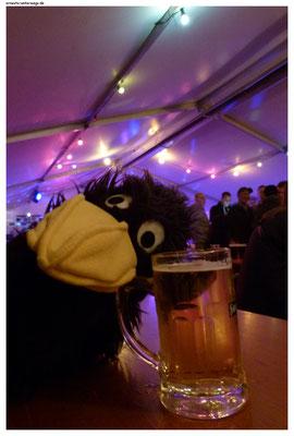 Er muss meinen Blick bemerkt haben und als ich ihm mein Problem erklärt hatte, entschuldigte er sich vieltausend Mal und kam mit einem Bier wieder.
