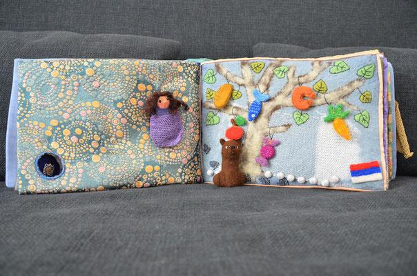 Seite aus textilem Buch von Faserverbund: Baum mit Bär