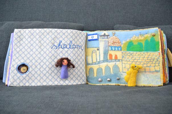 Seite aus textilem Buch von Faserverbund: Stadt und Kamel