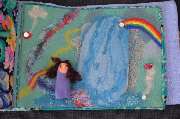 Seite aus textilem Buch von Faserverbund: Wasserfall