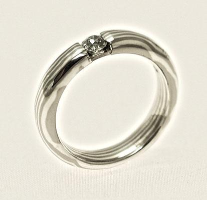 Mokume Gane Spannring aus Silber und Palladium mit einem Diamanten.