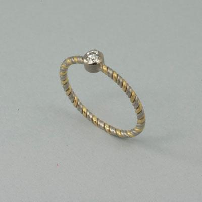 Ungewöhnlicher Ring aus Platin und Gelbgold mit einem Brillanten