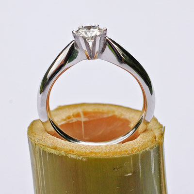 Platinring mit einem 0,42 ct. schweren Brillanten in 6-Griff-Krappenfassung