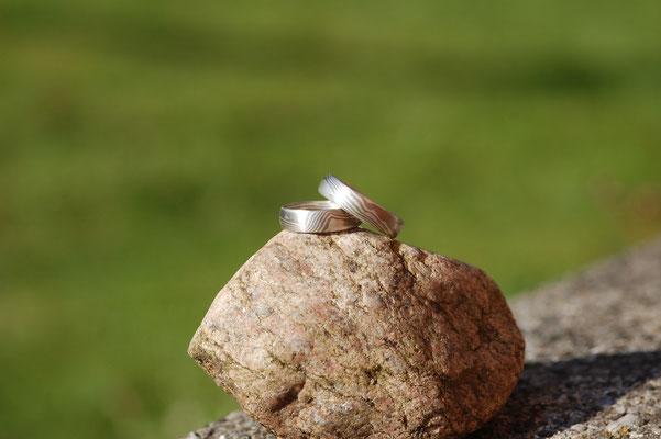 Sonnige Mokume Gane Ringe aus 925 Silber und 500 Palladium.