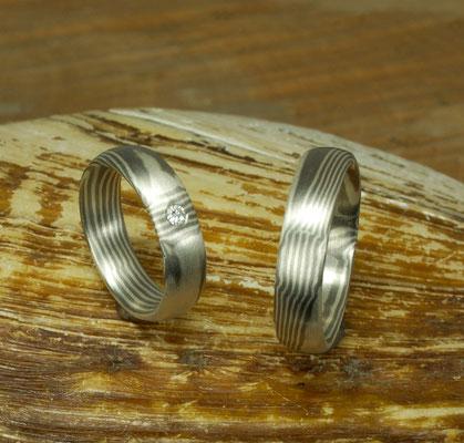 Mokume Gane Ringe aus Silber und Palladium. Der Damenring enthält einen Brillanten.