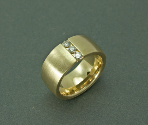 Sehr ausdrucksstarker und breiter (10 mm) Brillantring
