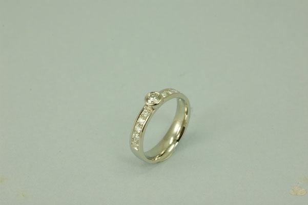 Solitär-Ring mit einem lupenreinen Brillanten und zusätzlich 10 kleinen Brillanten