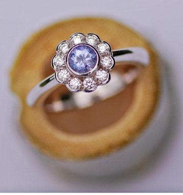 Platinring mit 10 blumenförmig angeordneten Brillanten und einem 0,4 ct. schweren Safir