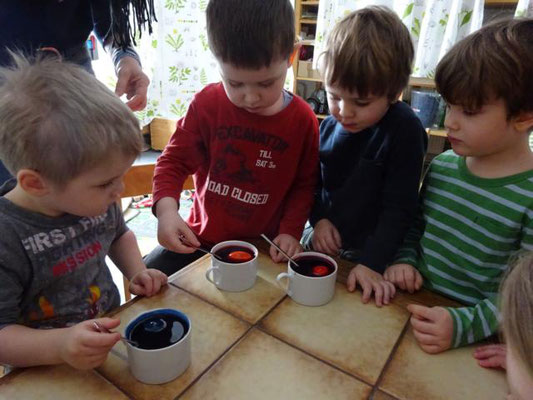 Zuerst wurde die Eierfarbe gemixt und dann verschönte jeder sein Ei.