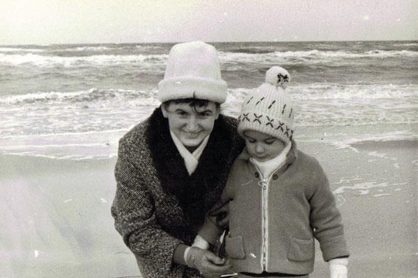 An der Ostsee (Rostock-Warnemünde), der Autor mit seiner Mutter