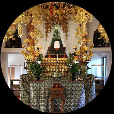 本堂には増善寺の御本尊である地蔵菩薩様がお祀りされています。年代は室町時代ごろの作と言われ、今川氏親公の時代と同時期であると推測されます。