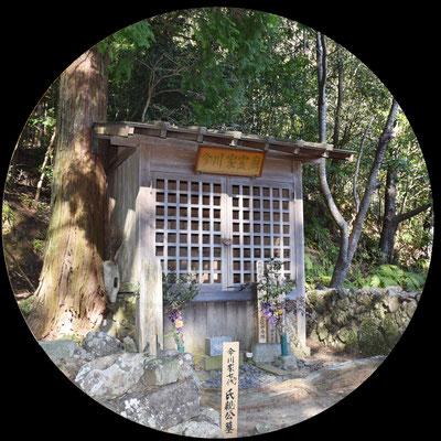 今川氏親公の霊廟には三つの五輪塔が建てられています。これについて江戸時代の地誌によると正室である寿桂尼大方、息子の氏輝であると伝えられています。