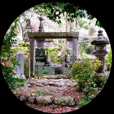 松平豊前守勝政は水野忠分の五男として生まれ、増善寺に大変貢献した方です。徳川家康とは従兄弟にあたり、関ヶ原の戦いや大阪の陣にも参戦し、家康から厚い信頼を得た人物であり、元和五年(1619)には大番頭 その後に駿府城番に任命されました。寛永十二年(1635)六月十日に六十三歳で死去し増善寺に埋葬されました。松平豊前守勝政の墓が、孫の松平勝忠の墓とともに並んでいます。