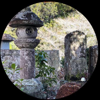 松平豊前守勝政・勝忠の墓の手前右隣には駿府町奉行与力として活躍した旗本・力石家の墓がございます。